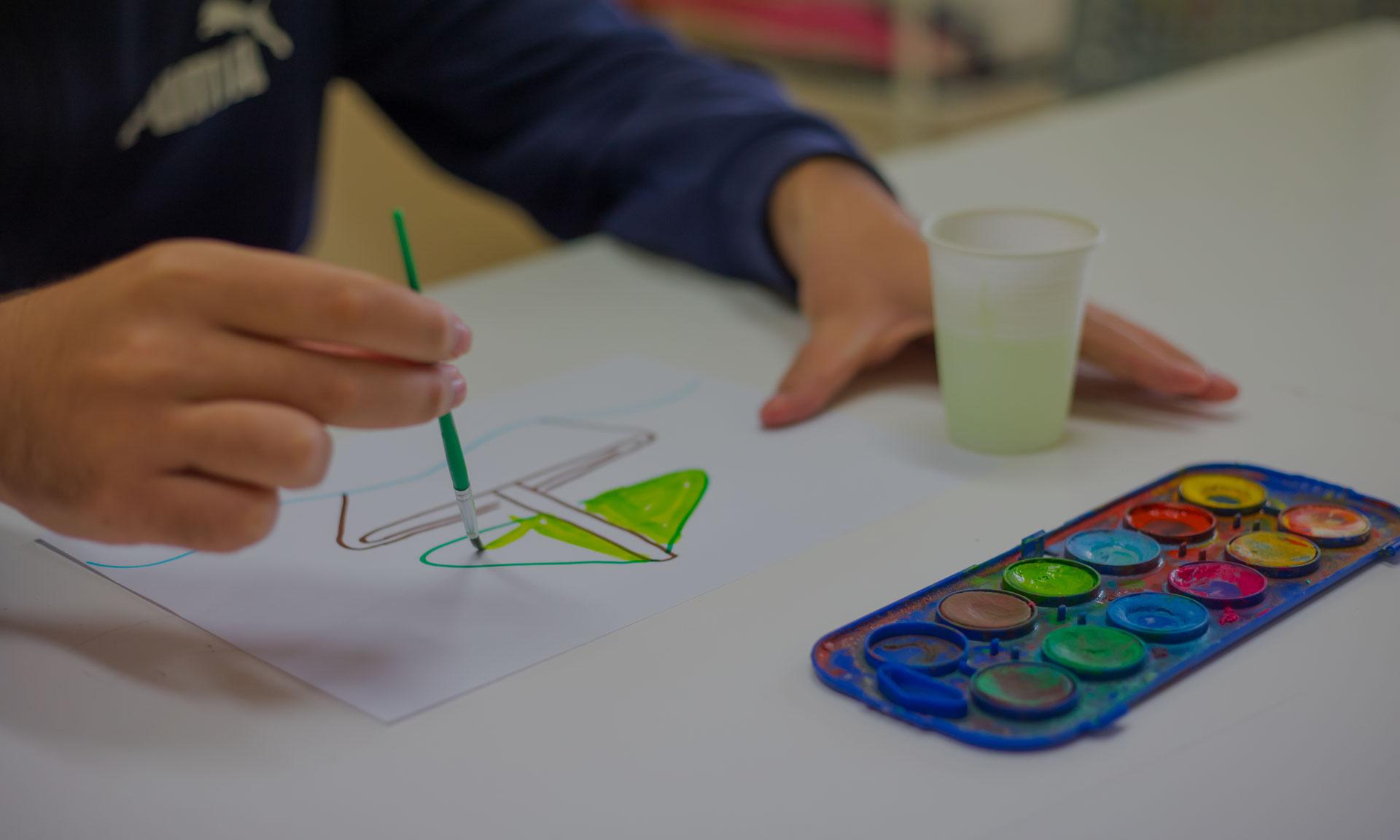 Bambino che dipinge vela di barca verde