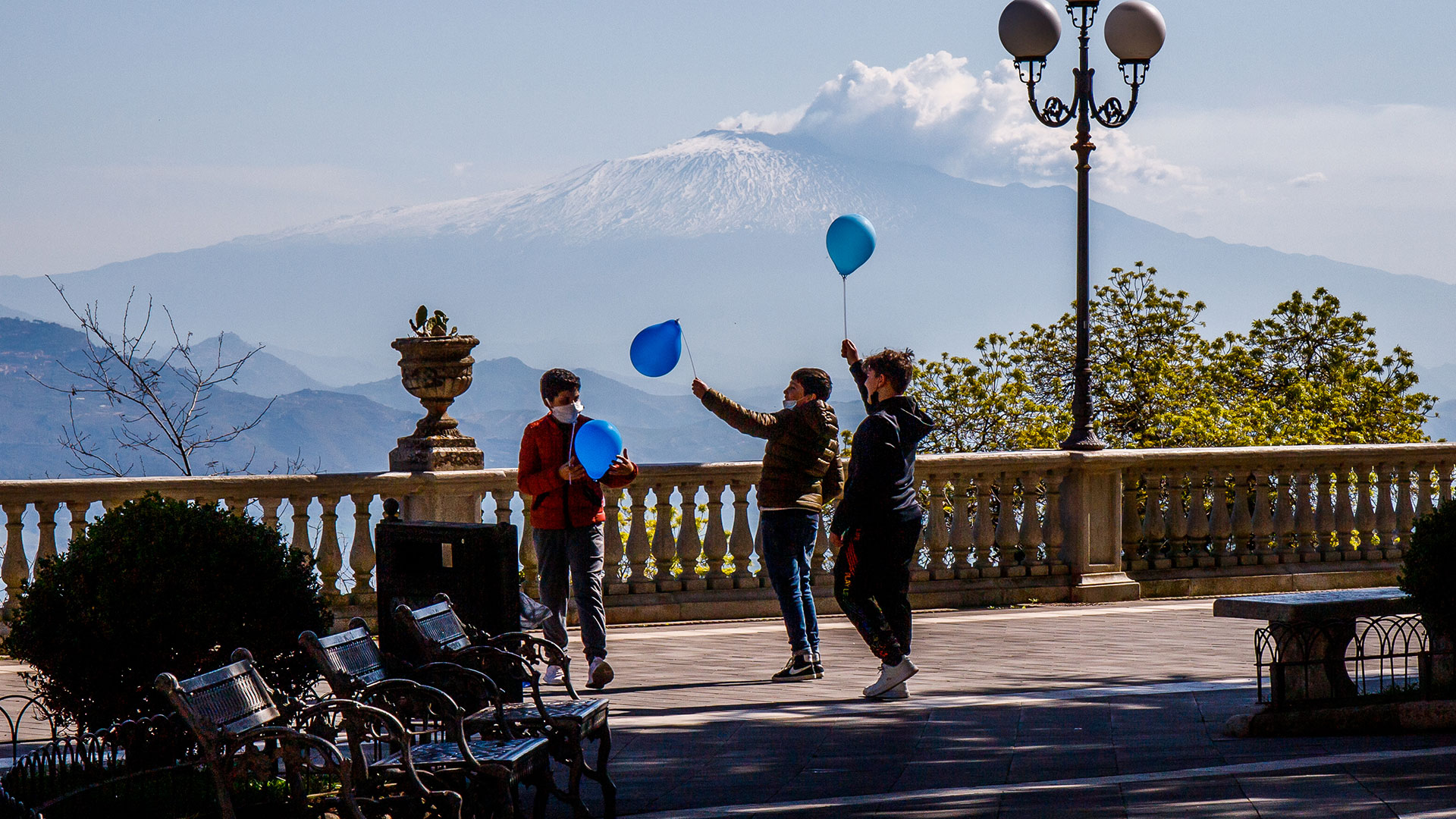 Ragazzi in piazza con palloncini