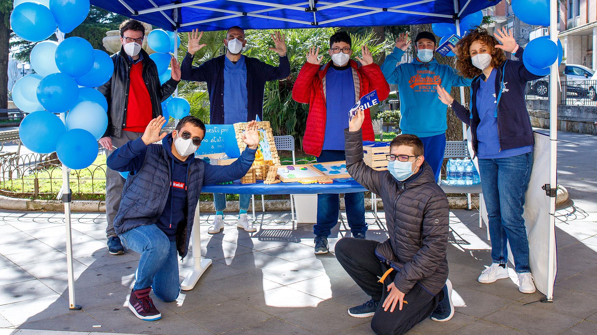 Foto di gruppo davanti allo stand