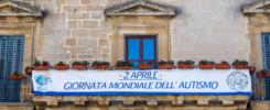 facciata del municipio di Enna con striscione giornata mondiale della consapevolezza dell'autismo