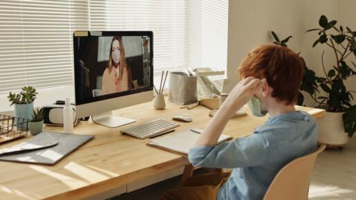 Bambino alla scrivania in video chiamata tramite il computer