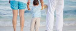 genitori e bambino in spiaggia